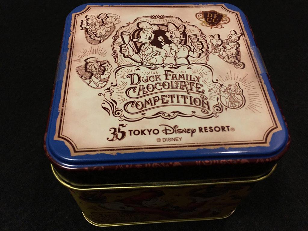 「ダックファミリー チョコレートコンペティション」パイ(ナッツ&チョコレート)」パッケージ缶の上面