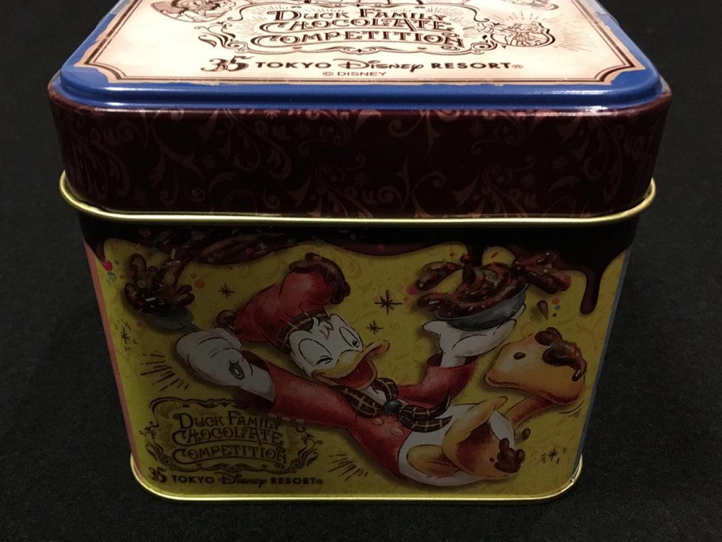 「ダックファミリー チョコレートコンペティション」パイ(ナッツ&チョコレート)」パッケージ缶の側面