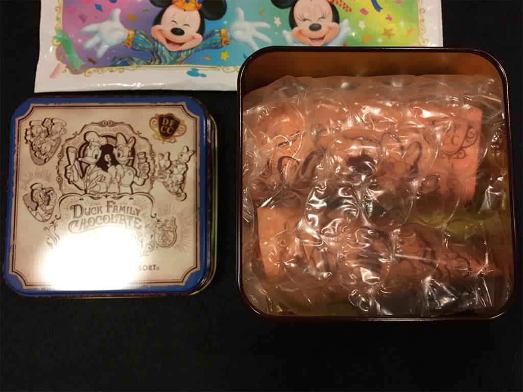 「ダックファミリー チョコレートコンペティション」パイ(ナッツ&チョコレート)」缶の蓋を開けたところ