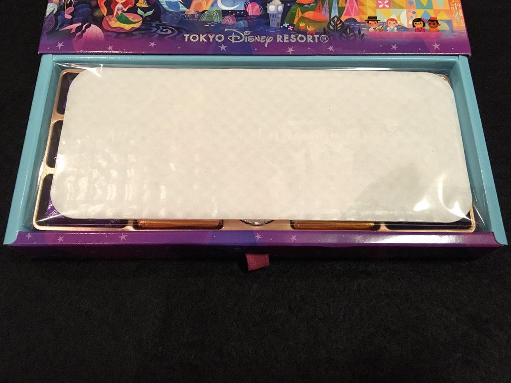 東京ディズニーリゾート限定「アソーテッド・チョコレート」パッケージの引き出しをスライドさせる