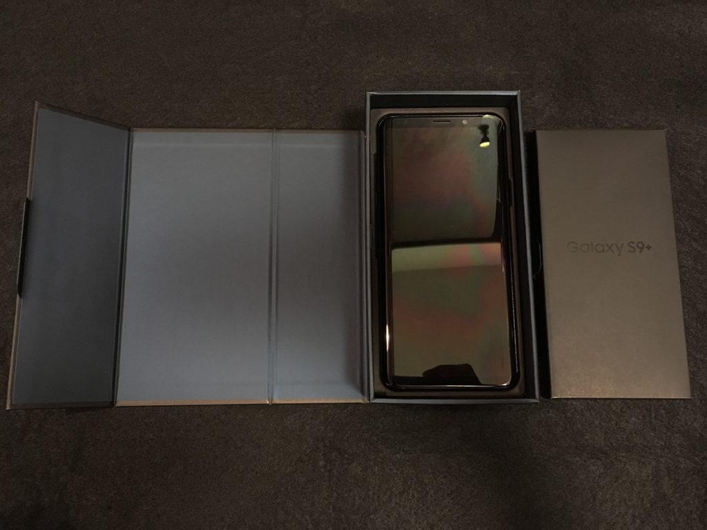 「Galaxy S9+」箱の中に入っているスマホ本体